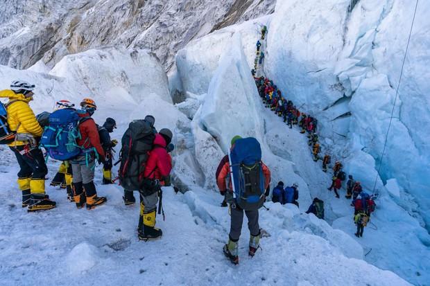 Tại sao lại có quá nhiều người bỏ mạng trên đỉnh Everest năm nay? - Ảnh 2.