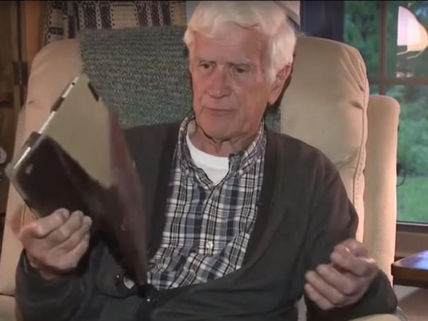 Bị dơi làm tổ trong iPad vồ cắn, cụ già xui xẻo phải tiêm cả tá thuốc phòng dại - Ảnh 1.