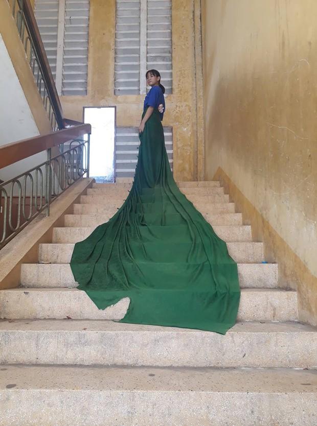 Quấn rèm cửa lớp học thành váy đi khắp trường, nữ sinh nhận bão like nhờ thần thái sang chảnh không kém bất kì nàng công chúa Disney nào - Ảnh 1.