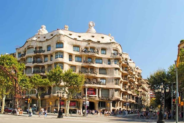 2 mẩu BLACKPINK ghé thăm bảo tàng ảo giác ở Barcelona, nhưng lại đáng chú ý hơn cả là màn nhảy ngẫu hứng theo nhạc Tây Ban Nha của Jennie - Ảnh 1.