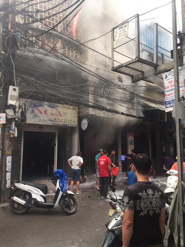 Clip: Người đàn ông châm lửa đốt cửa hàng quần áo trẻ em rồi lạnh lùng bỏ đi khiến cả phố náo loạn - Ảnh 2.