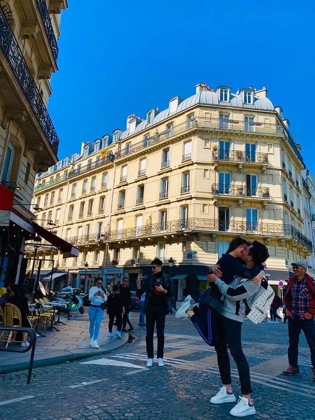 Đang hôn nhau say đắm dưới tháp Eiffel kỉ niệm 1200 ngày yêu, Trấn Thành - Hari Won phải ngừng lại vì bị phá đám - Ảnh 3.
