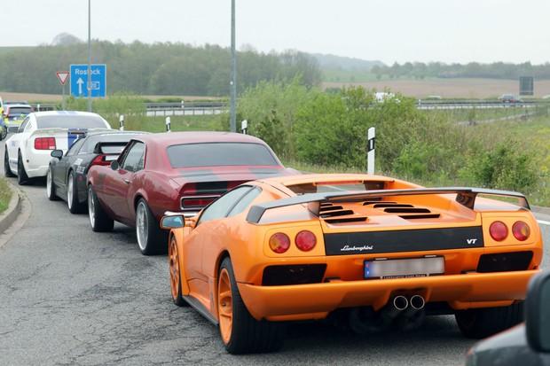 Đức thu giữ hàng trăm xe sang đua trái phép trên đường cao tốc - Ảnh 1.