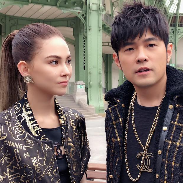 Không quá cầu kỳ nhưng hai vợ chồng Châu Kiệt Luân và Côn Lăng vẫn chiếm trọn spotlight tại show Chanel - Ảnh 5.