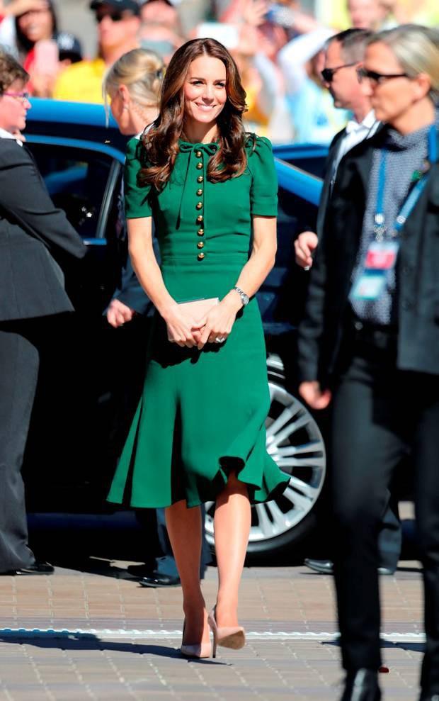 7 chiêu lên đồ đỉnh cao của các người đẹp Hoàng gia: duyên dáng nhất là cao kiến túi che ngực của Công nương Diana  - Ảnh 4.