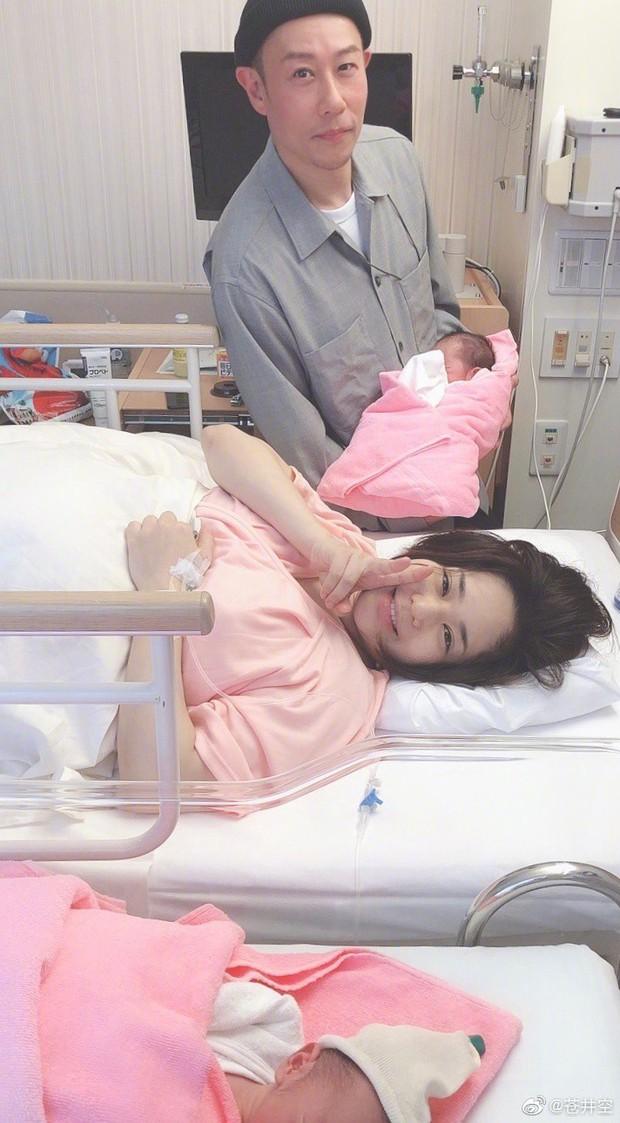 Thánh nữ JAV Aoi Sora khoe 2 quý tử vừa mới chào đời, tiết lộ điều hạnh phúc nhất sau 4 ngày làm mẹ - Ảnh 1.