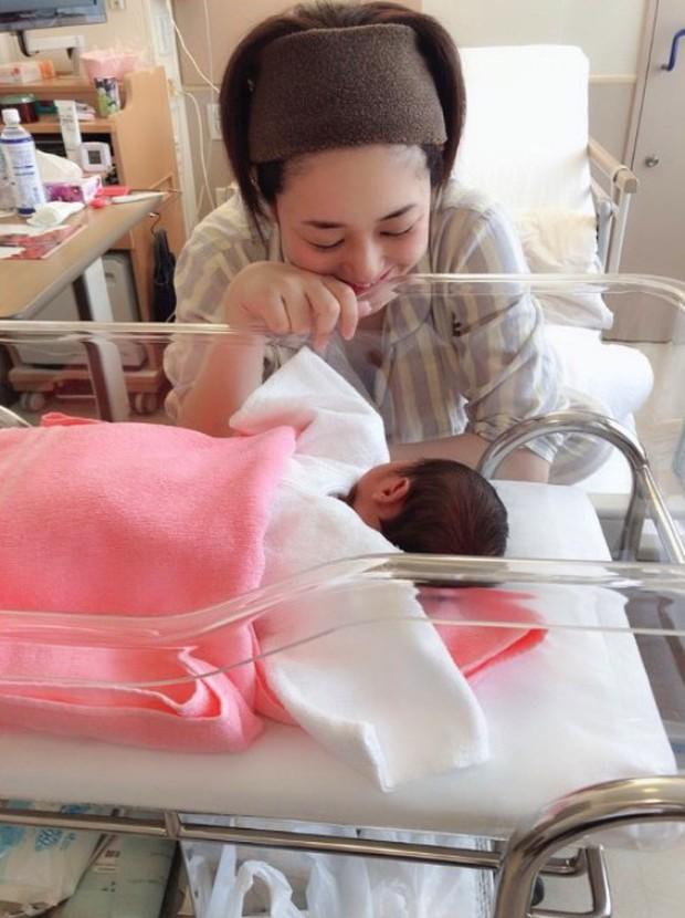 Thánh nữ JAV Aoi Sora khoe 2 quý tử vừa mới chào đời, tiết lộ điều hạnh phúc nhất sau 4 ngày làm mẹ - Ảnh 3.