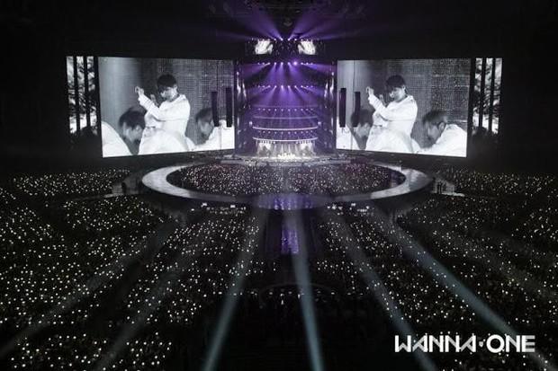 So sánh màn hình led trong concert của boygroup: BTS kiếm bộn tiền nhưng công ty đầu tư tệ hơn EXO và Wanna One - Ảnh 2.