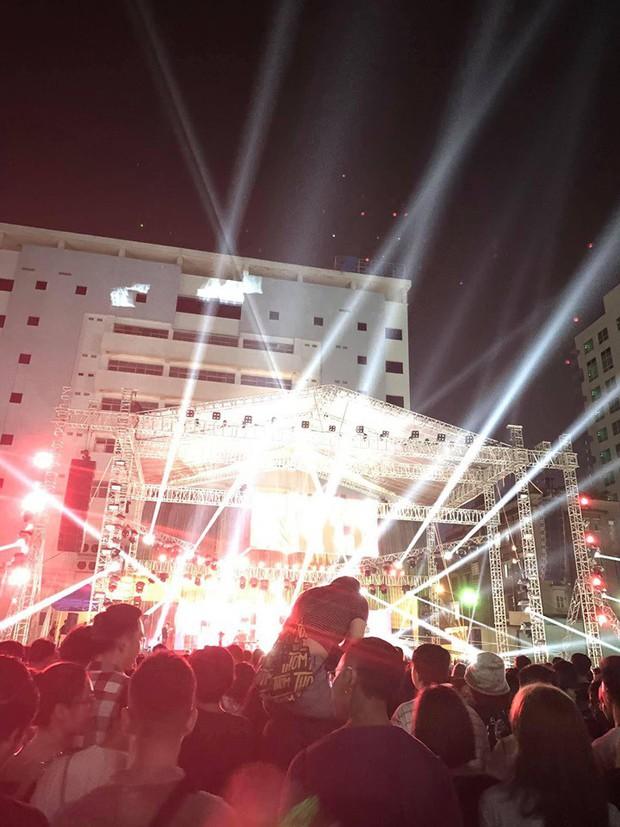 Cô gái trèo lên cổ bạn trai để theo dõi concert khiến dân mạng chia làm hai phe tranh cãi nảy lửa - Ảnh 3.