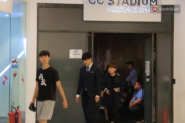 Chuyên nghiệp như MSI 2019, game thủ đến nhà thi đấu được hộ tống bởi vệ sĩ đẹp trai - Ảnh 3.
