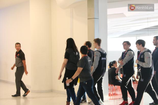 Chuyên nghiệp như MSI 2019, game thủ đến nhà thi đấu được hộ tống bởi vệ sĩ đẹp trai - Ảnh 7.