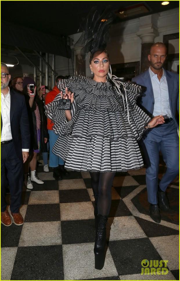 Tiệc Met Gala 2019 trước giờ G: Lady Gaga lại ăn mặc gây sốc, Vợ Iron Man ỉu xìu bên Bella Hadid sang chảnh - Ảnh 1.