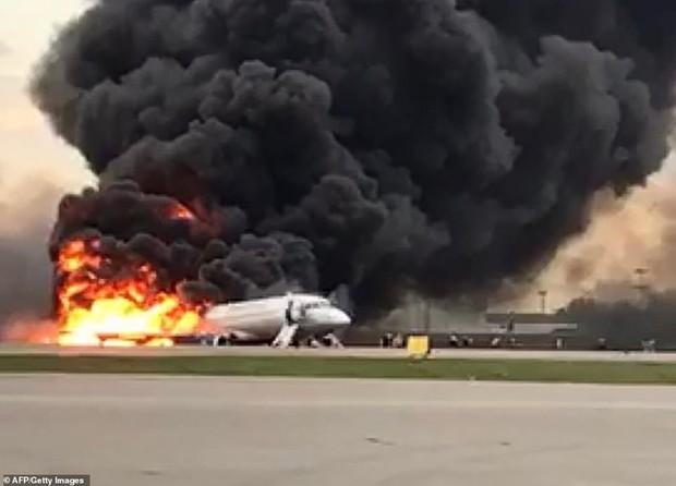 Hiện trường vụ cháy máy bay ở Nga, ít nhất 41 người thiệt mạng - Ảnh 2.