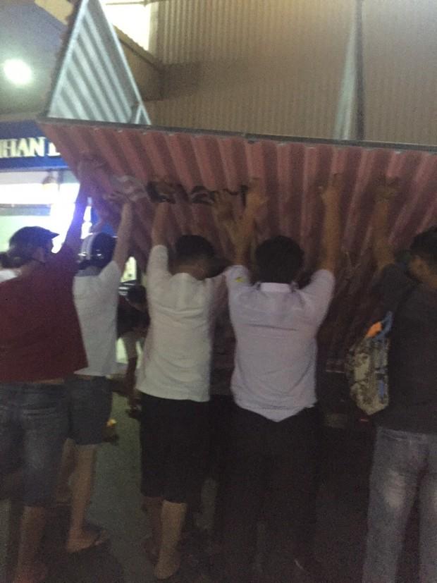 TP. HCM: Biển quảng cáo tại siêu thị E-mart đổ sập, 4 người bị thương - Ảnh 2.