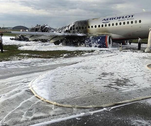 Hiện trường vụ cháy máy bay ở Nga, ít nhất 41 người thiệt mạng - Ảnh 5.