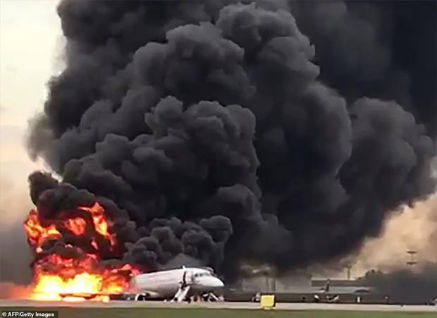 Hiện trường vụ cháy máy bay ở Nga, ít nhất 41 người thiệt mạng - Ảnh 6.