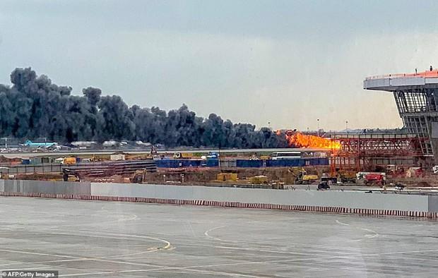 Hiện trường vụ cháy máy bay ở Nga, ít nhất 41 người thiệt mạng - Ảnh 8.