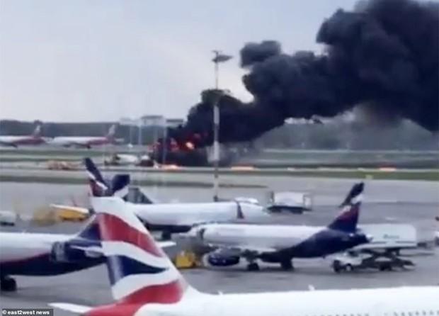 Hiện trường vụ cháy máy bay ở Nga, ít nhất 41 người thiệt mạng - Ảnh 10.