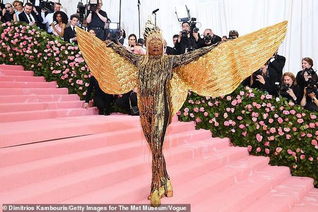 Chân dung đằng sau lớp make-up của thánh làm lố Pharaoh dát vàng suýt vượt mặt Lady Gaga tại Met Gala 2019 - Ảnh 1.