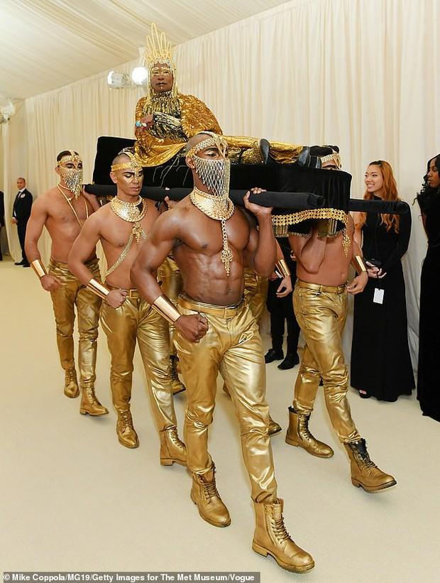 Chân dung đằng sau lớp make-up của thánh làm lố Pharaoh dát vàng suýt vượt mặt Lady Gaga tại Met Gala 2019 - Ảnh 2.