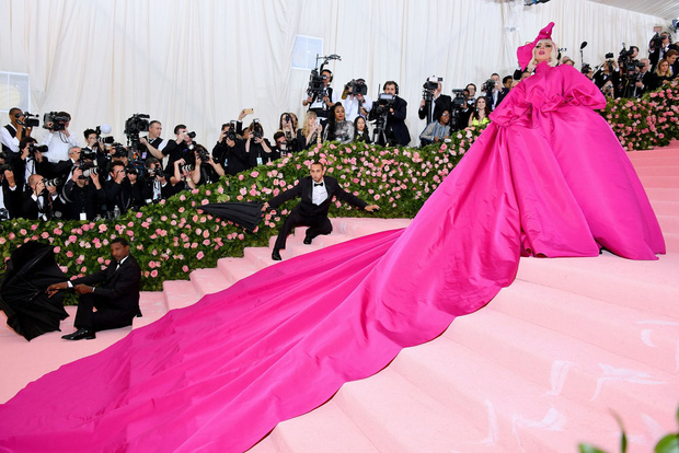 Met Gala 2019: Khó ai chơi lớn bằng Lady Gaga, Katy Perry chuyển từ đèn chùm thành burger nhưng chặt chém không kém là nam nhân dát vàng nằm kiệu - Ảnh 2.