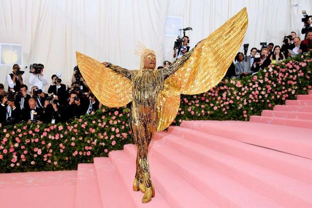 Met Gala 2019: Khó ai chơi lớn bằng Lady Gaga, Katy Perry chuyển từ đèn chùm thành burger nhưng chặt chém không kém là nam nhân dát vàng nằm kiệu - Ảnh 8.