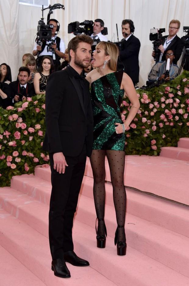 Sở thích mới của Miley Cyrus: Liếm mặt Liam mọi nơi, kể cả tại Met Gala 2019 không tha vì một lý do - Ảnh 1.