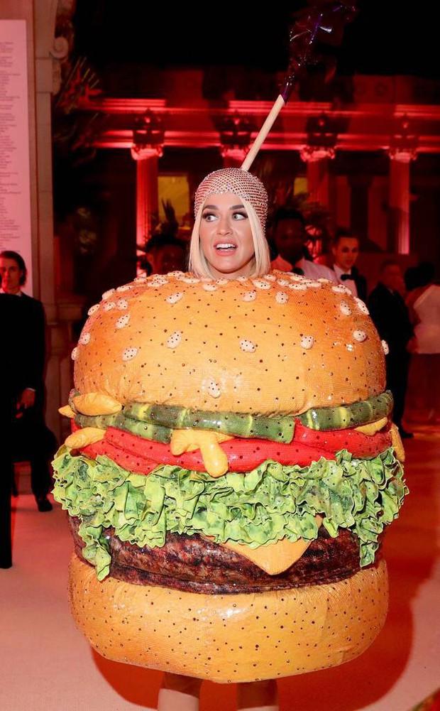 Met Gala 2019: Khó ai chơi lớn bằng Lady Gaga, Katy Perry chuyển từ đèn chùm thành burger nhưng chặt chém không kém là nam nhân dát vàng nằm kiệu - Ảnh 12.