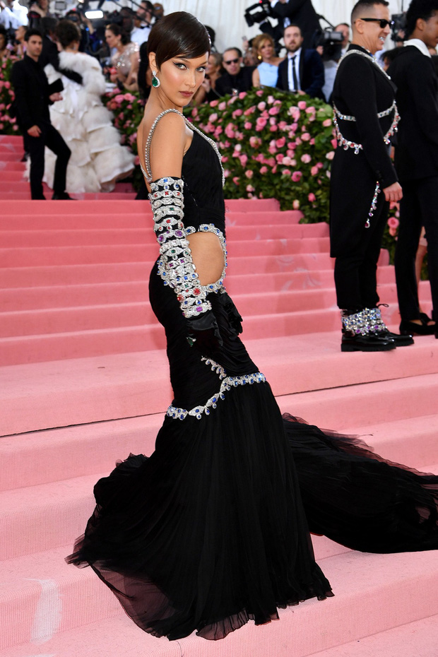 Met Gala 2019: Khó ai chơi lớn bằng Lady Gaga, Katy Perry chuyển từ đèn chùm thành burger nhưng chặt chém không kém là nam nhân dát vàng nằm kiệu - Ảnh 25.