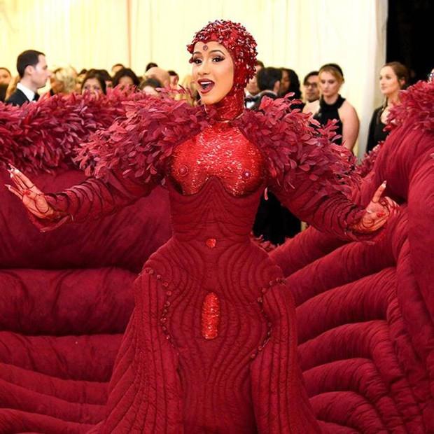 10 thánh làm lố đỉnh cao và khó đỡ nhất thảm đỏ Met Gala 2019: Chỉ có lồng lộn hơn, không có lồng lộn nhất! - Ảnh 12.