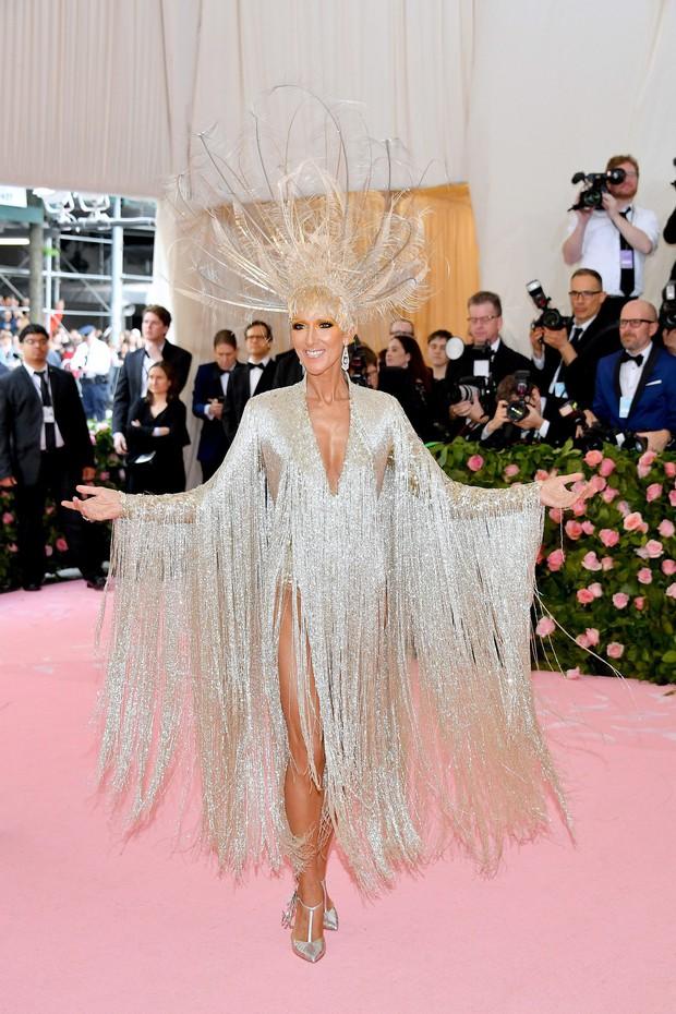 Met Gala 2019: Khó ai chơi lớn bằng Lady Gaga, Katy Perry chuyển từ đèn chùm thành burger nhưng chặt chém không kém là nam nhân dát vàng nằm kiệu - Ảnh 15.