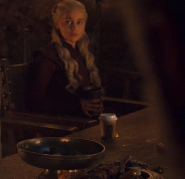 Ơ kìa, sao phim kinh điển như GAME OF THRONES lại để cốc Starbuck xuyên không thế này? - Ảnh 2.