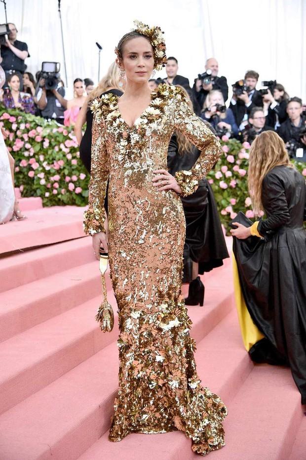 Met Gala 2019: Khó ai chơi lớn bằng Lady Gaga, Katy Perry chuyển từ đèn chùm thành burger nhưng chặt chém không kém là nam nhân dát vàng nằm kiệu - Ảnh 47.