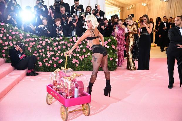 Met Gala 2019: Khó ai chơi lớn bằng Lady Gaga, Katy Perry chuyển từ đèn chùm thành burger nhưng chặt chém không kém là nam nhân dát vàng nằm kiệu - Ảnh 6.