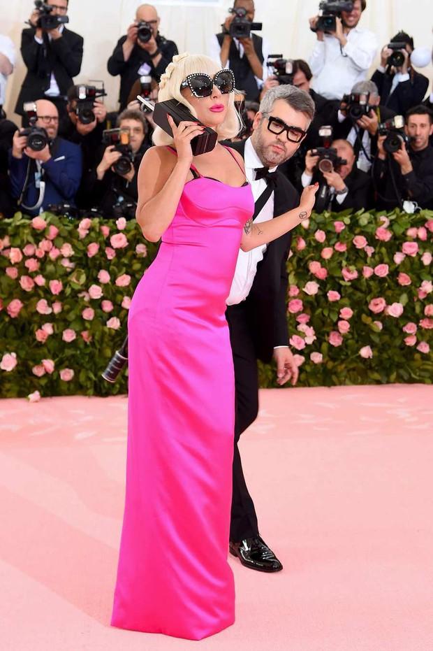 Met Gala 2019: Khó ai hơn được Lady Gaga với bộ váy biến hình 4 lần, nhưng chặt chém không kém là nam nhân dát vàng nằm kiệu - Ảnh 4.