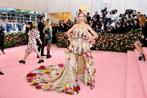 Met Gala 2019: Khó ai chơi lớn bằng Lady Gaga, Katy Perry chuyển từ đèn chùm thành burger nhưng chặt chém không kém là nam nhân dát vàng nằm kiệu - Ảnh 34.