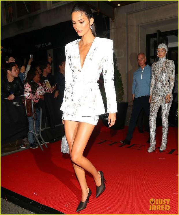 Tiệc hậu Met Gala 2019: Kim Kardashian và Kylie diện váy diêm dúa khoe vòng 1 ngồn ngộn, Kendall lộ chân siêu dài - Ảnh 6.