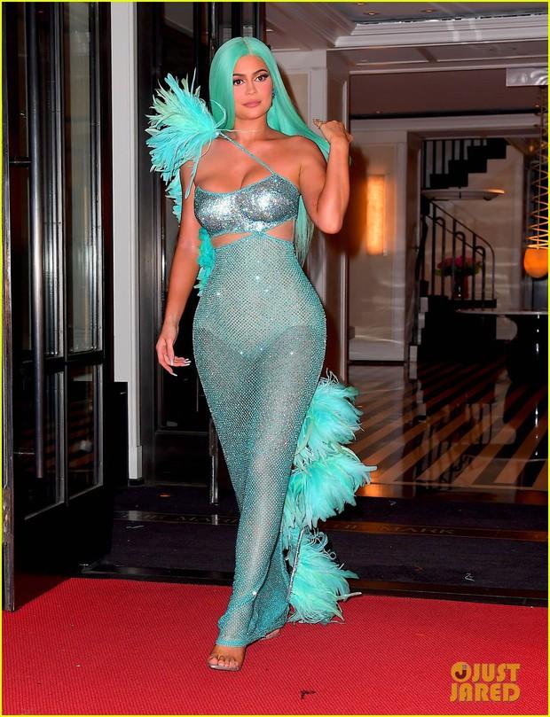 Tiệc hậu Met Gala 2019: Kim Kardashian và Kylie diện váy diêm dúa khoe vòng 1 ngồn ngộn, Kendall lộ chân siêu dài - Ảnh 3.
