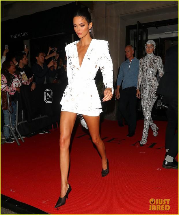 Tiệc hậu Met Gala 2019: Kim Kardashian và Kylie diện váy diêm dúa khoe vòng 1 ngồn ngộn, Kendall lộ chân siêu dài - Ảnh 5.