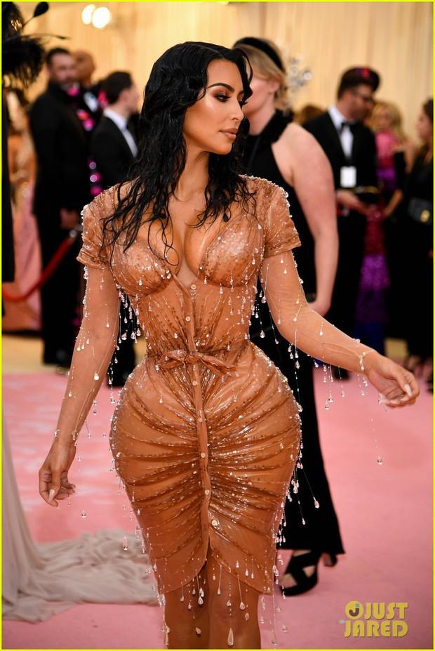 Gia đình chuyên làm lố nhà Kardashian gây thất vọng ở Met Gala 2019 vì sến rện, may có cặp chị em Jenner cứu lại! - Ảnh 3.