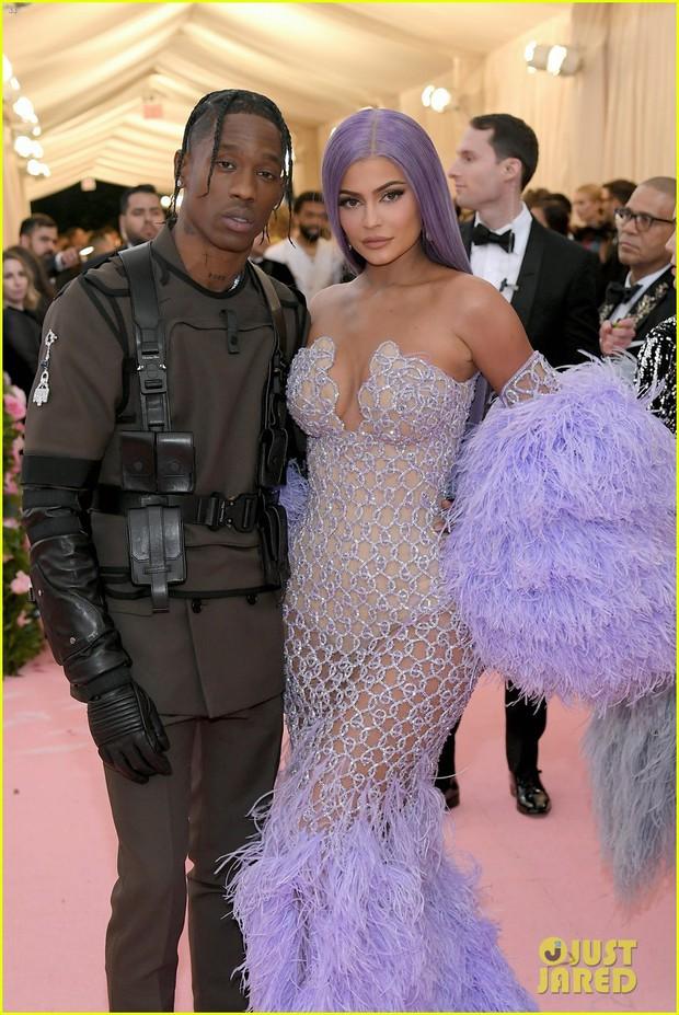 Gia đình chuyên làm lố nhà Kardashian gây thất vọng ở Met Gala 2019 vì sến rện, may có cặp chị em Jenner cứu lại! - Ảnh 8.
