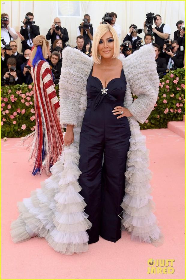 Gia đình chuyên làm lố nhà Kardashian gây thất vọng ở Met Gala 2019 vì sến rện, may có cặp chị em Jenner cứu lại! - Ảnh 1.