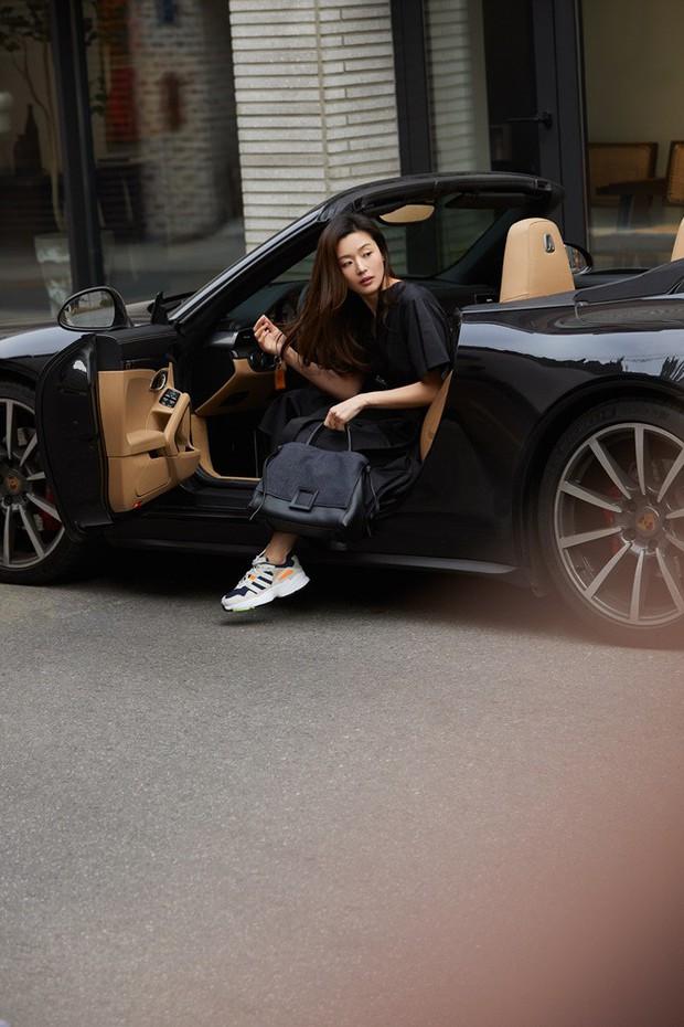 Đẳng cấp mợ chảnh Jeon Ji Hyun trước paparazzi: Đẹp xuất sắc, sang chảnh bước xuống từ siêu xe như cảnh phim - Ảnh 1.