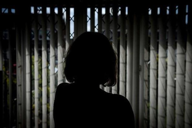 Bà mẹ trốn trong phòng tắm suốt 9 năm vì sợ con trai 12 tuổi đánh đập và lời kêu cứu chữa trị cho tình trạng của đứa trẻ - Ảnh 1.