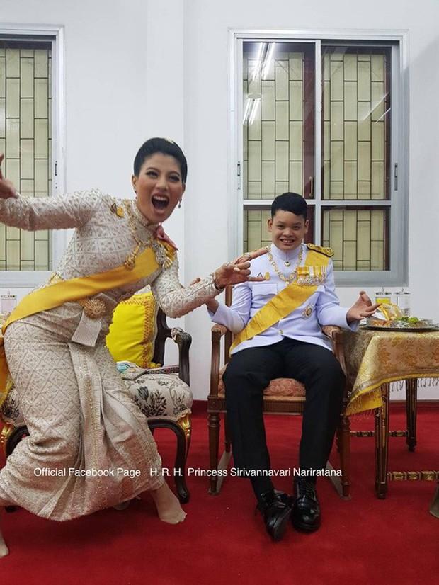 Quốc vương Thái Lan cùng gia đình ra mắt công chúng, kết thúc lễ đăng quang kéo dài 3 ngày nhưng đây mới là nhân vật chen ngang hồn nhiên nhất trong suốt sự kiện - Ảnh 1.