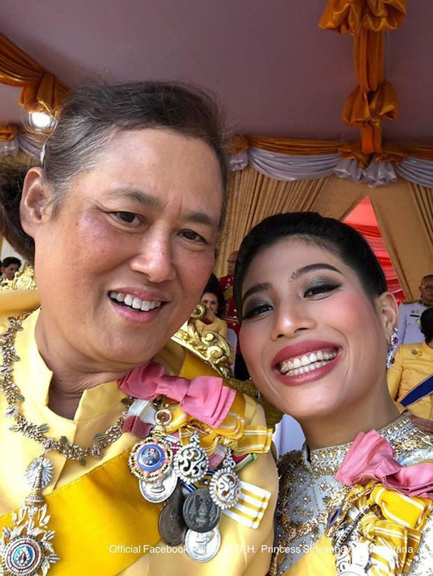 Quốc vương Thái Lan cùng gia đình ra mắt công chúng, kết thúc lễ đăng quang kéo dài 3 ngày nhưng đây mới là nhân vật chen ngang hồn nhiên nhất trong suốt sự kiện - Ảnh 2.