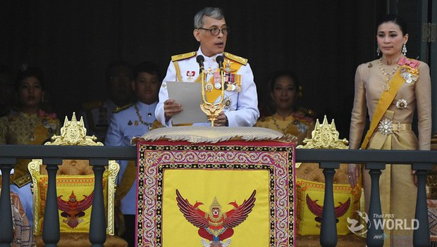 Quốc vương Thái Lan cùng gia đình ra mắt công chúng, kết thúc lễ đăng quang kéo dài 3 ngày nhưng đây mới là nhân vật chen ngang hồn nhiên nhất trong suốt sự kiện - Ảnh 3.