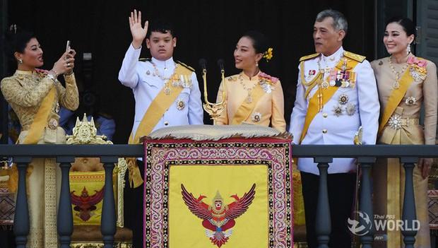 Quốc vương Thái Lan cùng gia đình ra mắt công chúng, kết thúc lễ đăng quang kéo dài 3 ngày nhưng đây mới là nhân vật chen ngang hồn nhiên nhất trong suốt sự kiện - Ảnh 4.