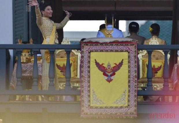 Quốc vương Thái Lan cùng gia đình ra mắt công chúng, kết thúc lễ đăng quang kéo dài 3 ngày nhưng đây mới là nhân vật chen ngang hồn nhiên nhất trong suốt sự kiện - Ảnh 6.