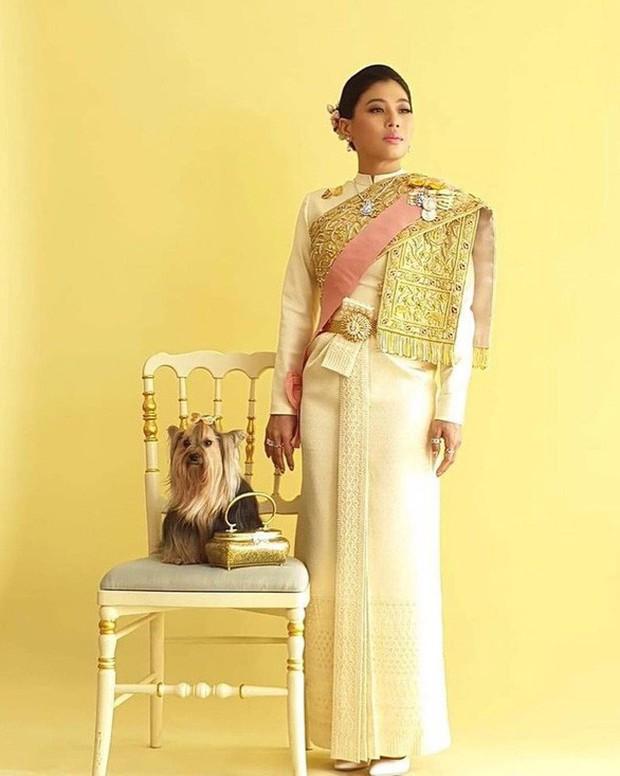 Quốc vương Thái Lan cùng gia đình ra mắt công chúng, kết thúc lễ đăng quang kéo dài 3 ngày nhưng đây mới là nhân vật chen ngang hồn nhiên nhất trong suốt sự kiện - Ảnh 7.